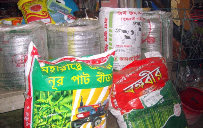 Jute seeds marketed under brand names often contain spurious and low quality items, cheating farmers during the ongoing cultivation season. The photo was taken from Kamdia Haat in Gobindaganj upazila under Gaibandha district a couple of days ago.  PHOTO: STAR