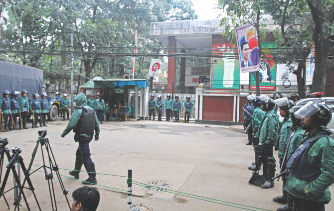 Law enforcers continue their vigilance before BNP Chairperson Khaleda Zia's Gulshan office in the capital yesterday, the 16th day of her confinement there. Three days after being barred from leaving the premises, Khaleda had called an indefinite countrywide blockade, centring which violence claimed at least lives of 25 people and injured 700 others while 200 vehicles were torched till date. Photo: Amran Hossain