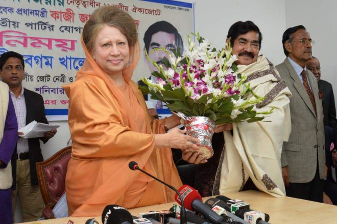 Kazi Zafar presents a bouquet to BNP Chairperson Khaleda Zia yesterday at the latter's Gulshan office in the capital after declaring that his Jatiya Party was joining the BNP-led 18-party alliance, the largest opposition outside the parliament which boycotted the recent 10th parliamentary election. Photo: Courtesy