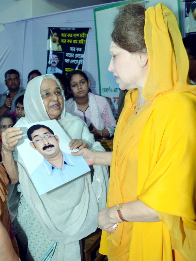 BNP Chairperson Khaleda Zia meets the family members of the party's Dhaka city ward-level leader, Sajedul Islam Sumon, abducted allegedly by law enforcers, at their Shaheenbag house in the capital yesterday.   Photo: Banglar Chokh