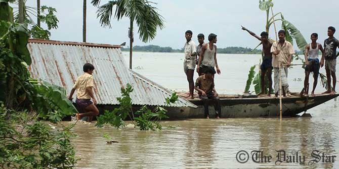 Flood affected people render their residences at Char Gobordhan of Aditmari upazila in Lalmonirhat. Photo: STAR