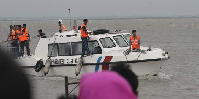 A rescue team from Bangladesh Coast Guard are seen searching for missing victims of a launch capsize in the Padma river in Lauhajang upazila of Munshiganj on Tuesday. The overloaded launch sank in the middle of the river on Monday afternoon. Photo: STAR