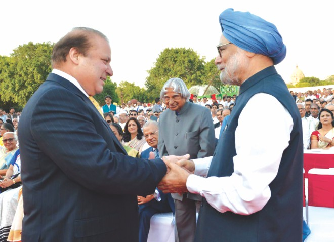 Pakistani Prime Minister Nawaz Sharif shakes hands with outgoing Indian PM Manmohan Singh as former Indian president APJ Abdul Kalam looks on during the swearing-in ceremony for Narendra Modi. Photo: AFP