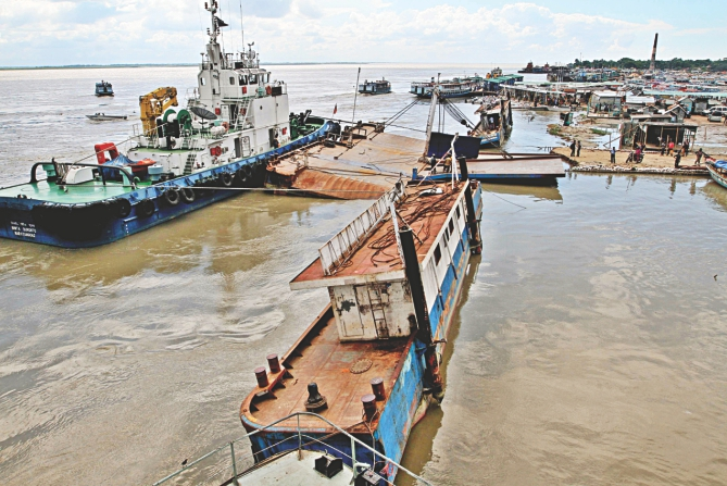 A rescue ship salvages the ramp, which along with Mawa No 3 terminal's pontoon, drowned in the Padma. Photo: Anisur Rahman