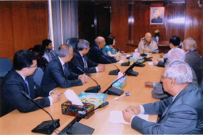Rokia Afzal Rahman, president of the Metropolitan Chamber of Commerce and Industry, leads a delegation of the chamber's newly elected office bearers to meet Finance Minister AMA Muhith at his office in Dhaka yesterday. Photo: MCCI