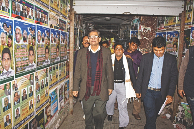 BNP acting secretary general Mirza Fakhrul Islam Alamgir, who was in hiding since November 8, yesterday leaves after a 15-minute stay inside the BNP central office in the capital's Naya Paltan which had been cordoned off by police since November 30 following the arrest of BNP Joint Secretary General Rizvi Ahmed on the premises. Photo: Amran Hossain