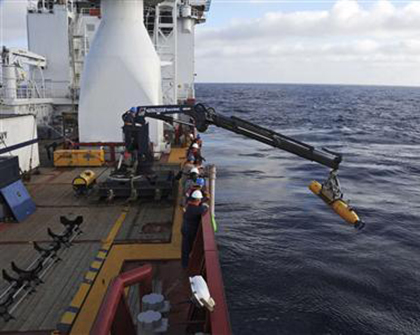 Operators aboard the Australian Defense Vessel Ocean Shield move the U.S. Navy's Bluefin 21 autonomous underwater vehicle into position for deployment in the Southern Indian Ocean, as the search continues for the missing Malaysia Airlines Flight 370, in this handout picture taken April 14, 2014. Photo: Reuters