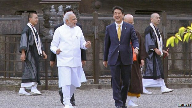 Indian PM Narendra Modi (L) and Japan's Shinzo Abe (R) visited a temple in Kyoto over the weekend
