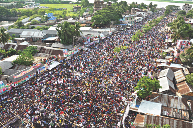 The huge crowd that gathered at Munshiganj Launch Terminal area yesterday to listen to former prime minister and BNP Chairperson Khaleda Zia speak at a rally. Photo: Amran Hossain