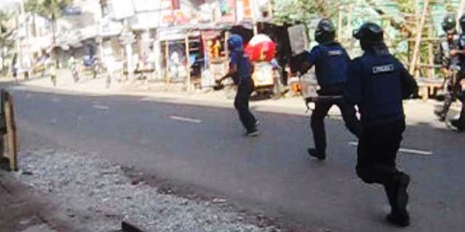 Law enforcers chase pro-hartal activists as BNP called a daylong hartal in Munshiganj Sadar upazila today. Photo: STAR