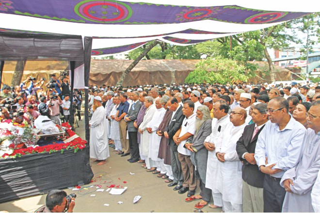 People from all walks of life, including leaders of Awami League and BNP, academics, cultural personalities, and journalists, join the namaj-e-janaza of veteran journalist ABM Musa on the Jatiya Press Club premises yesterday.  Photo: Star
