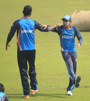 Bangladesh captain Mushfiqur Rahim (R) stretches with fast bowler Al-Amin Hossain during a practice session at the Sher-e-Bangla National Stadium yesterday, ahead of today's third and final ODI against Sri Lanka. Photo: Star