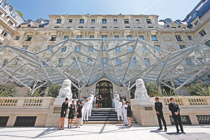 New paris hotel joins race to pamper the super rich the for Super hotel paris
