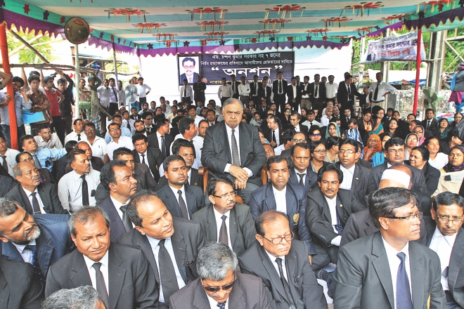 Lawyers at a hunger strike organised by Narayanganj District Lawyers Association on the district court premises yesterday, demanding punishment for the killers of seven people including senior lawyer Chandan Sarker. Eminent jurist Dr Kamal Hossain also joined the programme to express his solidarity.  Photo: Palash Khan