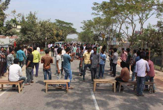 Students of Pabna University of Science and Technology block Dhaka-Pabna highway. Photo: Star