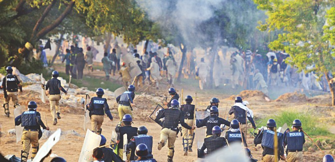 Pakistani riot police clash with supporters of Imran Khan and Canadian cleric Tahir ul Qadri near the prime minister's residence in Islamabad Red Zone. Photo: AFP