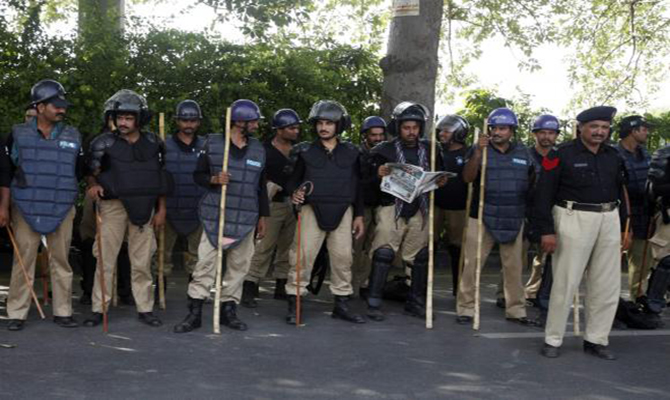 Police stand guard outside the residence of Tahir ul-Qadri, Sufi cleric and leader of political party Pakistan Awami Tehreek (PAT), in Lahore August 13, 2014. Photo: Reuters