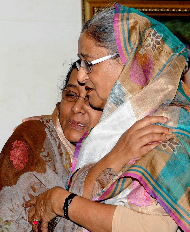 Prime Minister Sheikh Hasina tries to console the wife of Chandan Sarker, a victim of the Naryanganj seven-murder, at the Gono Bhaban yesterday. Photo: BSS