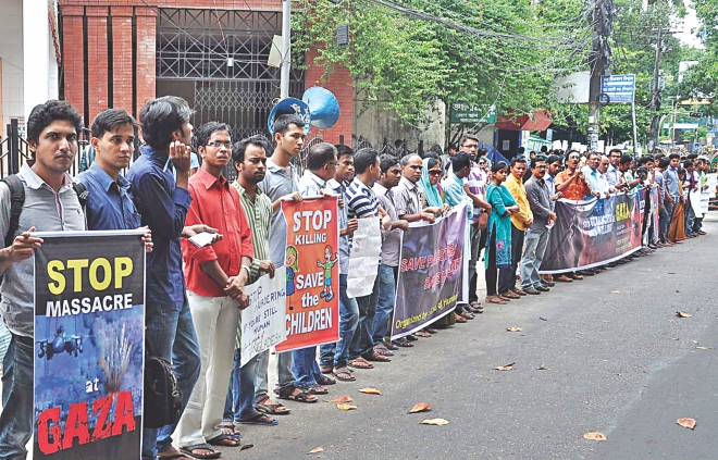 Protesting on-going Israel's air strikes on Gaza, cultural activists, journalists, and general people under the banner Sacheton Nagorik Samaj form a human chain in front of Chittagong Press Club yesterday. Photo: Star