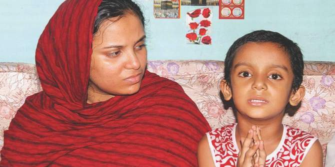 Rabbi, 5, sits next to his mother and shows The Daily Star correspondent how he pleaded with policemen for his father's life on July 14. His father, Mahbubur Rahman Sujan was tortured to death allegedly in custody of Mirpur police. Photo: STAR