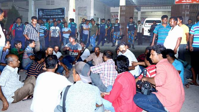 It this April 20 photo, journalists stage a sit-in in front of emergency department of Rajshahi Medical College and Hospital protesting intern doctors' attack on them that left 10 journalists injured. Photo: STAR