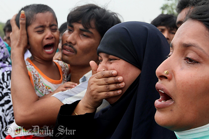 Relatives of a dead worker break into tear at the site of the tragedy. Photo: Star