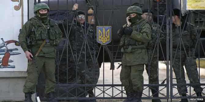 Soldiers, believed to be Russian, in the village of Perevalnoye outside Simferopol.