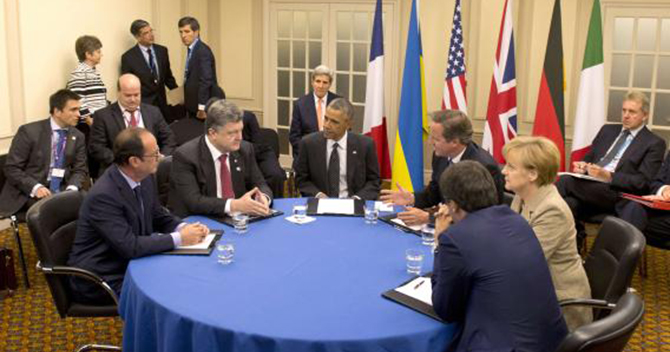 French President Francois Hollande, Ukrainian President Petro Poroshenko, US President Barack Obama, British Prime Minister David Cameron, German Chancellor Angela Merkel and Italian Prime Minister Matteo Renzi meet to discus Ukraine at the NATO summit at the Celtic Manor resort, near Newport, in Wales September 4, 2014. Photo: Reuters