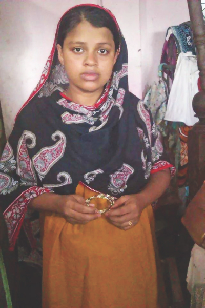 Shamhunnahar, wife of murdered driver Jahangir Alam, is showing the last gift from her husband, a pair of bangles, at her home in Narayanganj yesterday. Photo: Star