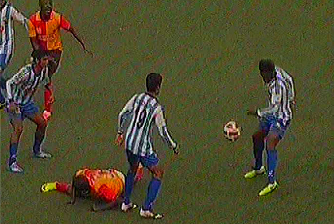 A Sk Jamal defender foils an attack by Kolkata East Bengal forwards durign extra time of IFA Shied first semi-final at Salt Lake Stadium Tuesday afternoon. Photo: TV grab