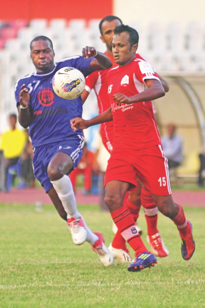 Feni Soccer defender Shahinur Rahman (R) jostles for possession with Uttar Baridhara striker Collins Tiego during their Bangladesh Premier League match at the Bangabandhu National Stadium yesterday.  PHOTO: STAR