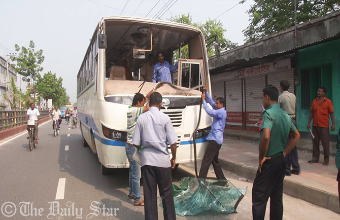 Islami Chattra Shibir activists shatter the windshield of a bus of Rajshahi University at Banrnali intersection in Rajshahi city on Thursday. Photo: Star