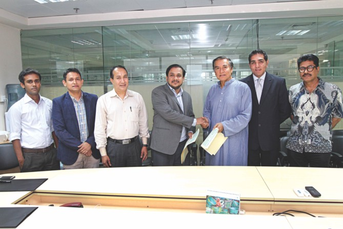 "Executive Director of Shwapno Sabbir Hasan Nasir, fourth from left, shakes hands with Editor and Publisher of The Daily Star Mahfuz Anam, after signing an agreement for a joint campaign titled ""Thoughts for Food"" at The Daily Star Centre in the capital yesterday. To his right are, Sher Ali, GM (business development); Shahriar Sahid, marketing manager; and Kazi Nowrid Amin, sector in-charge of the daily; and from extreme right are, Selim Chowdhury, GM (production) of the newspaper, and Sohel Tanvir Khan, head of business development of Shwapno. Photo: Star"