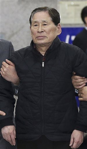 In this April 17, 2014 photo, Kim Han-sik, president of Chonghaejin, is escorted by helpers to hold a press conference at Incheon Port International Passenger Terminal in Incheon, South Korea. South Korean prosecutors on Thursday, May 8, 2014 detained Kim, the head of the company that owns the ferry that sank last month, over an allegation of cargo overloading. Photo: AP