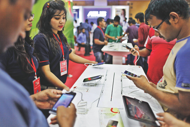 A visitor takes a look at the latest mobile devices at the Robi Smartphone and Tab Expo 2014 at the Bangabandhu International Conference Centre in the city that began yesterday. The three-day fair has stalls of popular brands such as Samsung, LG, Asus, Acer and Lenovo. Photo: Star