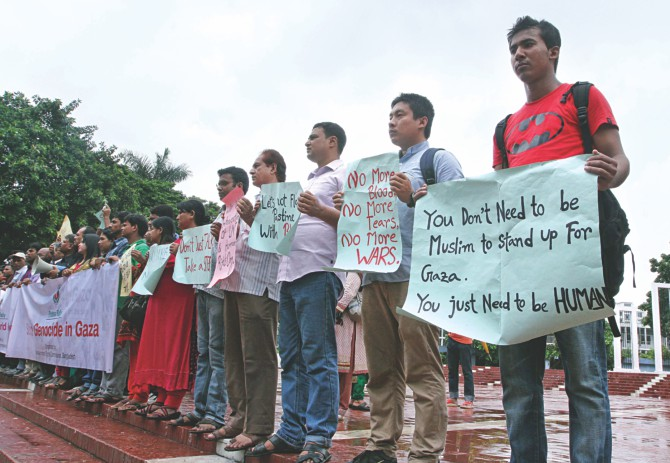 People condemn the Israeli aggression in Gaza, from a human chain organised by the National Human Rights Commission at Central Shaheed Minar in the capital yesterday. Photo: Star, Banglar Chokh