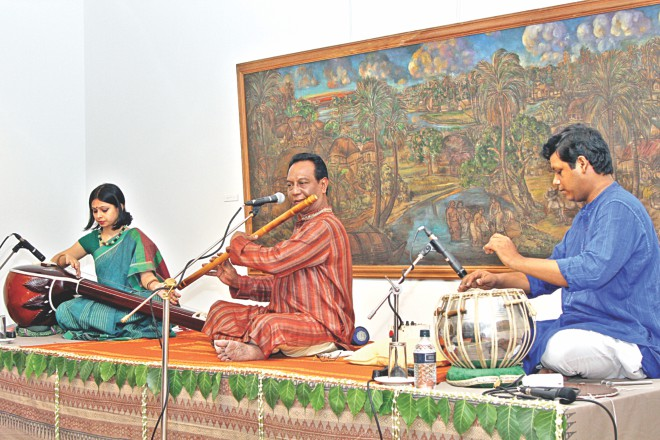 Moniruzzaman (C) mesmerises at the event. Photo: Prabir Das