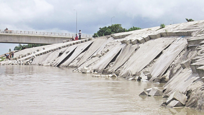 Strong current damaged around 100 metres of the dyke of the Teesta bridge road in Lalmonirhat. Photo: Star