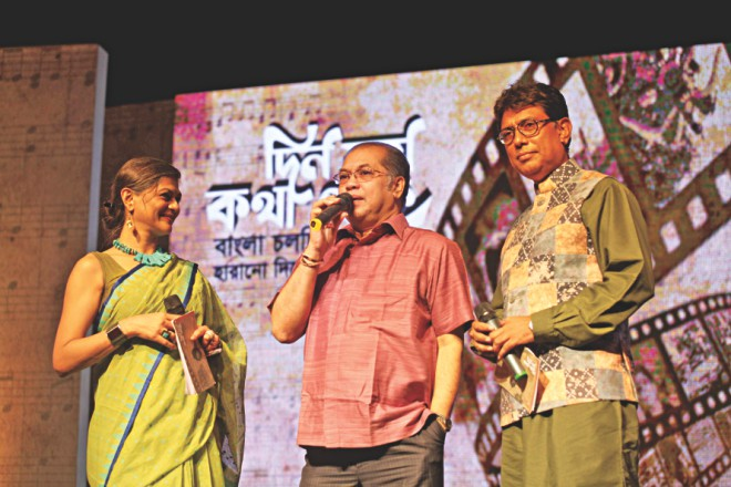 Subir Nandi flanked by emcee duo Afzal Hossain and Shampa Reza.