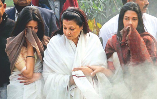 Daughter Moon Moon Sen (C), and granddaughters Riya and Raima at the funeral.