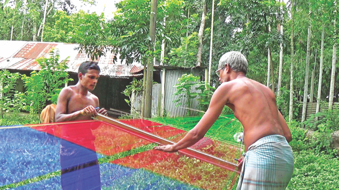 Weavers dye yarn at Pathrail in Delduar upazila of Tangail.  Photo: Star