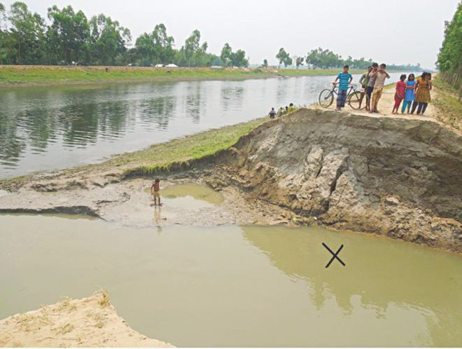 A 20-metre portion of the embankment of Rangpur branch of Teesta Irrigation Project at Dakkhin Borobhita village in Kishoreganj upazila under Nilphamari district breached on Tuesday night, causing inundation of a hundred hectares of boro fields. PHOTO: STAR