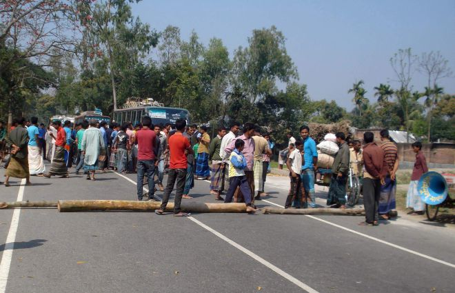 Farmers block Dinajpur-Rangpur highway at Bekipul in Chirirbandar upazila under Dinajpur district for four hours yesterday demanding smooth supply of irrigation water from the Teesta Barrage Project during the current Irri-boro season. PHOTO: STAR