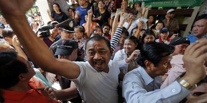 Protesters demanding the right to vote argue with security and election officials at a Din Dang district office where voting was called off in Bangkok February 2. Photo: Reuters