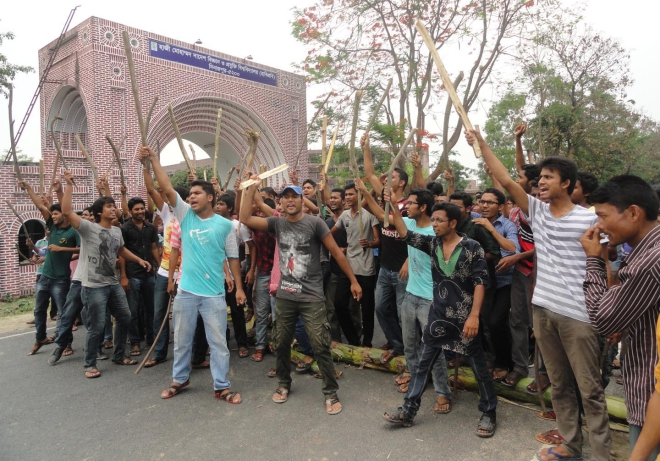 The students of Hajee Danesh Science and Technology University (HSTU) stage demonstration on the campus yesterday, protesting attacks on two students and three buses of the university by transport workers at Kalitola of Dinajpur town on Wednesday. Photo: Star