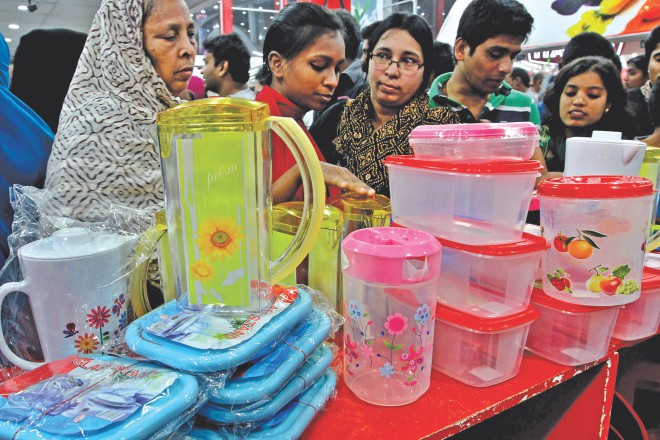 Shoppers gather at a pavilion of plastic crockery at Dhaka International Trade Fair yesterday, the concluding day of the annual show meant for local manufacturers to display their products and build network with foreign buyers.   Photo: Anisur Rahman