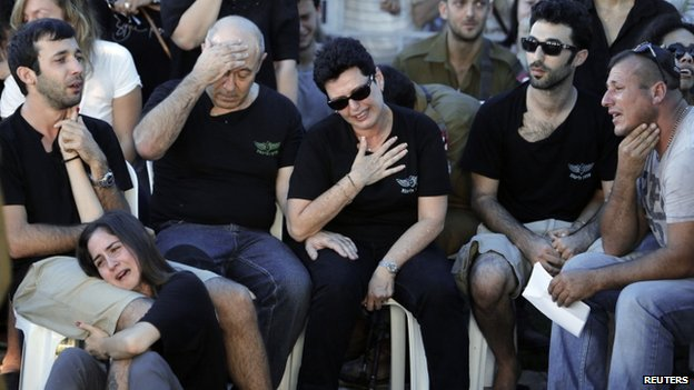 Family members of Israeli soldier Matan Gotlib mourn during his funeral in Rishon Lezion, near Tel Aviv July 31, 2014 Israelis have been mourning the loss of their soldiers in the conflict