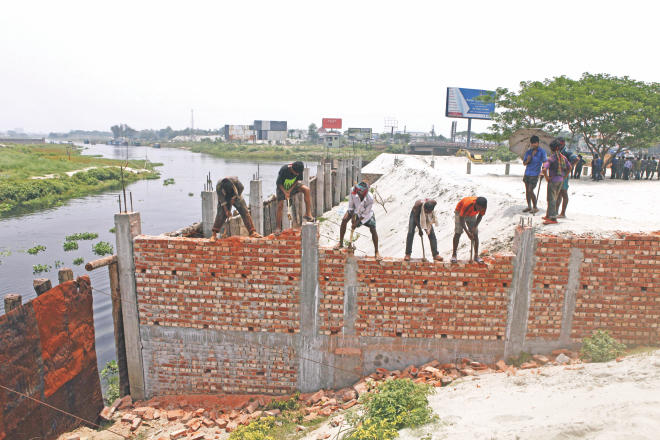 Bangladesh Inland Water Transport Authority, Gazipur district administration and police deploy a handful of workers to evict Turag river encroachers near Ashulia yesterday. Photo: Rashed Shumon