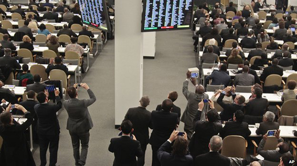 Diplomats leave their seats to photograph an electronic monitors showing a vote count, as the UN General Assembly voted and approved a draft resolution on the territorial integrity of the Ukraine on 27 March at UN Headquarters.