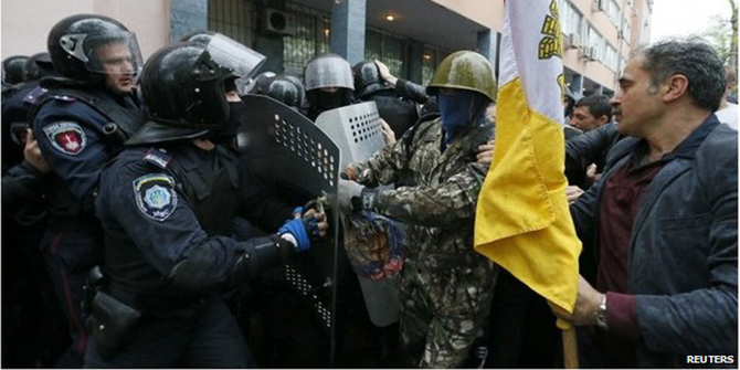 Police and protesters clash outside police department in Odessa (4 May 2014) The clashes broke out after hundreds of protesters called for the release of people detained on Friday